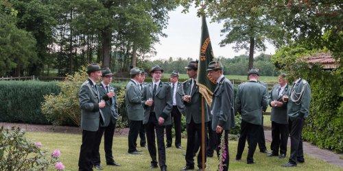 Anbringen der Königsscheibe beim neuen König Klaus Krieger - Schützenfest Duisenburg-Mosslingen 2017